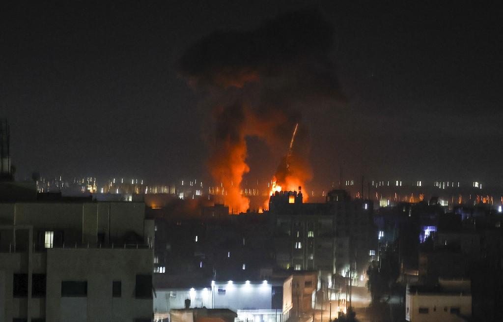 Explosões acima de edifícios na cidade de Gaza