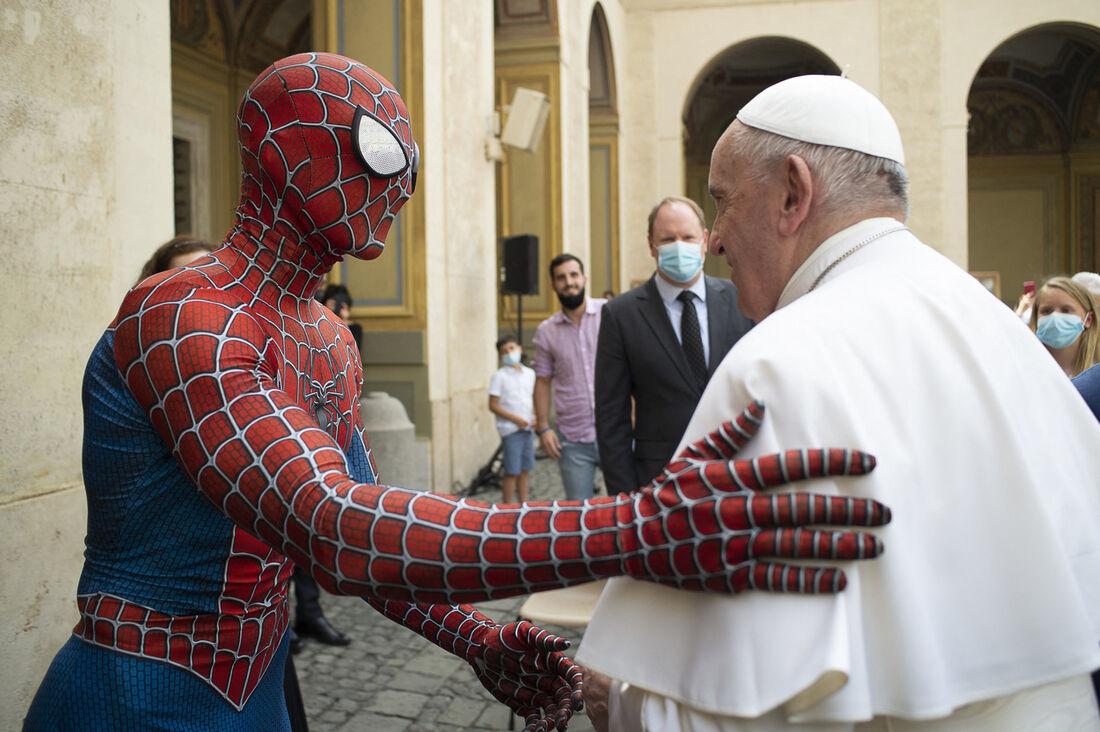 Papa recebendo Mattia Villardita com traje de Homem-Aranha
