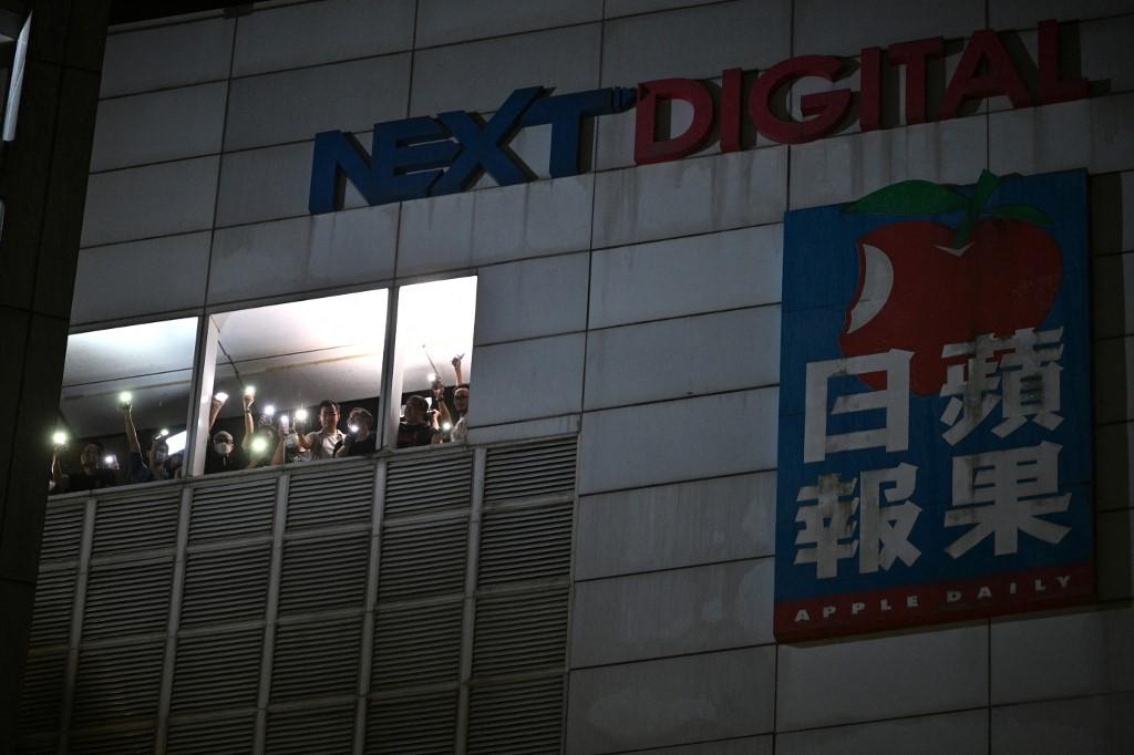 Funcionários do jornal Apple Daily agradecem o apoio recebido pelos leitores