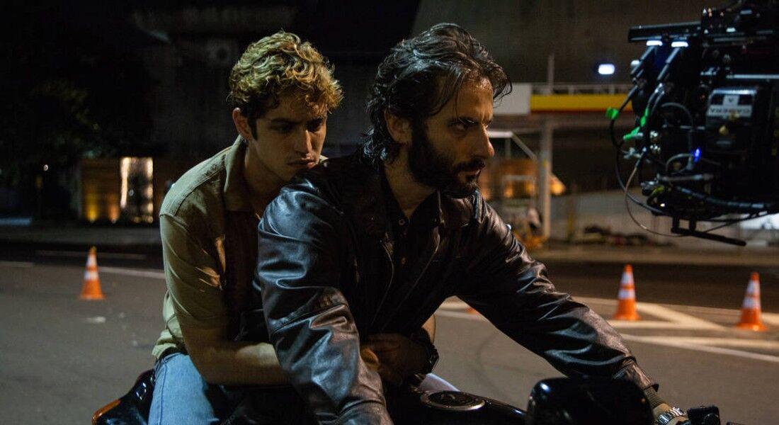 Gabriel Leone e Flávio Tolezani em cena de 'Dom'