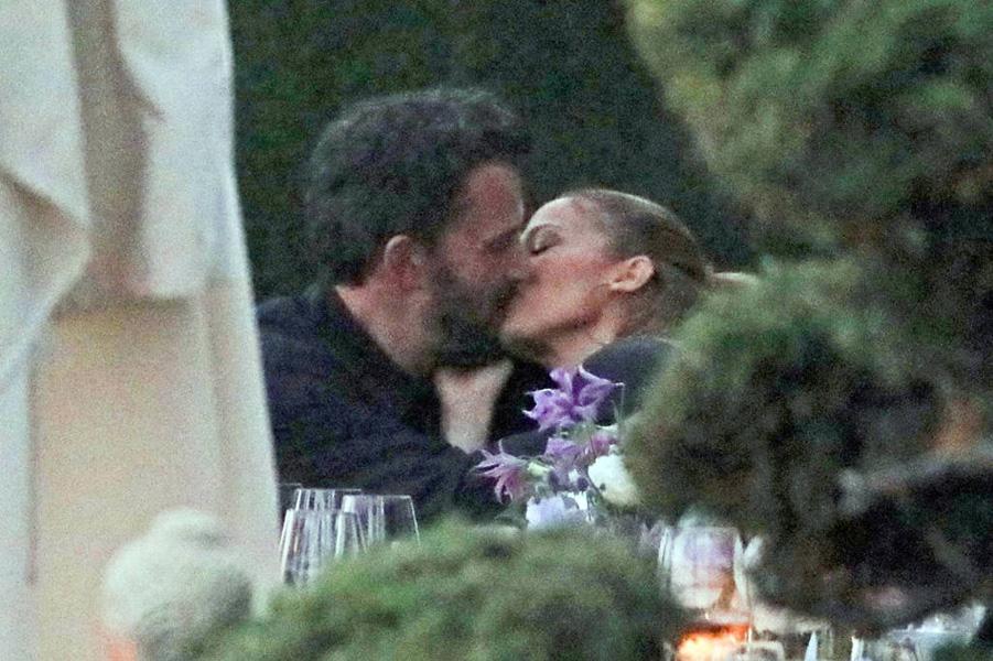Ben Affleck e Jennifer Lopez trocam um beijo doce no jantar