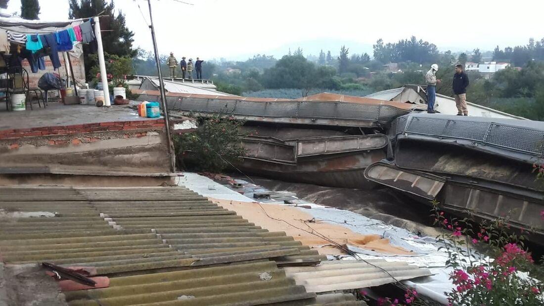 Parte da estrutura do trem ficou sobre as casas