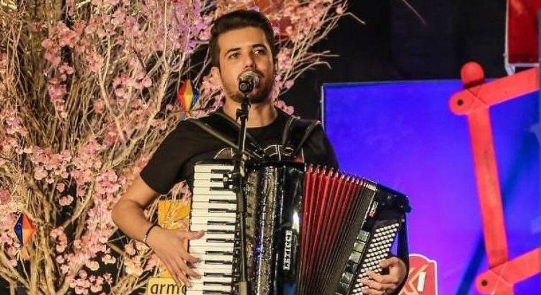 O cantor e instrumentista Luan Estilizado