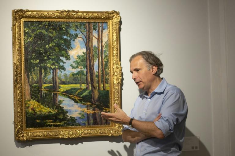 Jean-Paul Engelen, vice-presidente da casa de leilões Phillips, diante da pintura de Winston Churchill