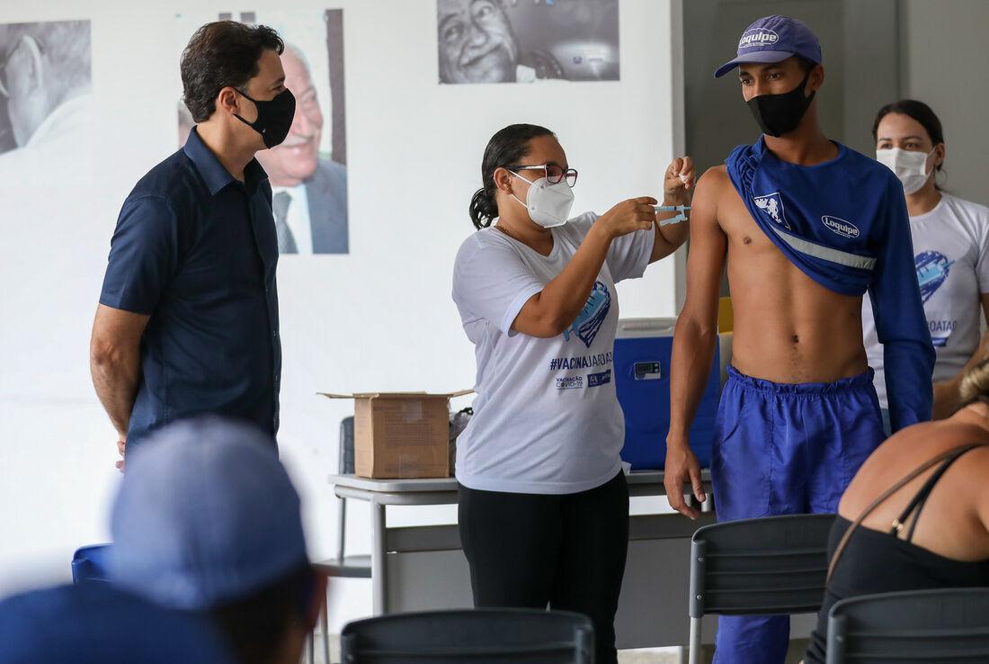 Vacinação de trabalhadores da limpeza urbana em Jaboatão