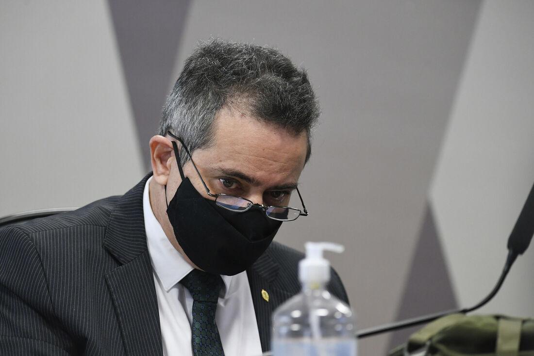 À mesa, ex-secretário-executivo do Ministério da Saúde, coronel Antônio Elcio Franco Filho