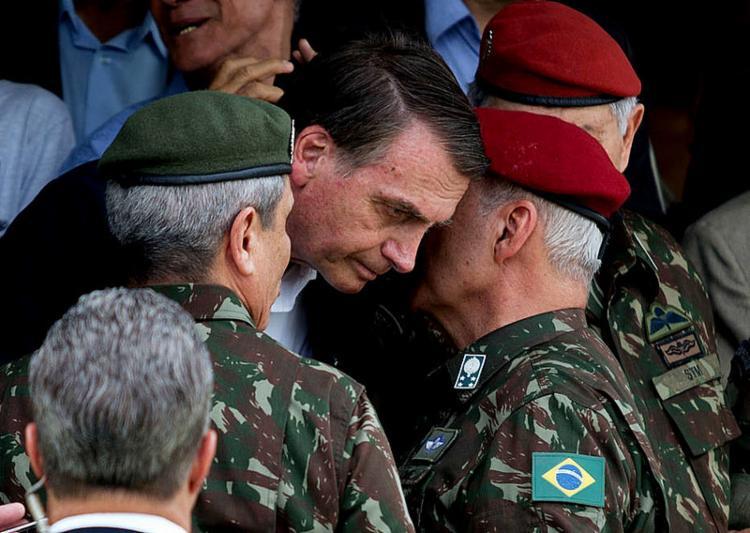 Bolsonaro editou decreto liberando militares da ativa no governo