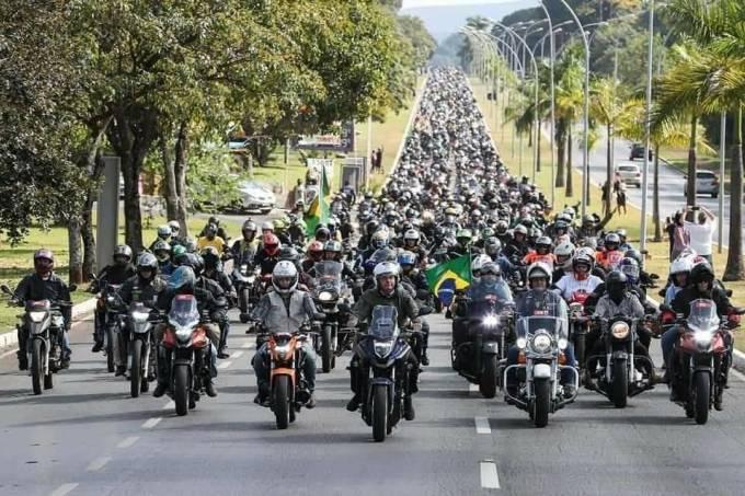 O presidente Jair Bolsonaro à frente de centenas de motoqueiros em manifestação em Brasília    Leia mais em: https://veja.abril.com.br/blog/maquiavel/motosseata-de-bolsonaro-em-sao-paulo-ja-tem-nome-acelera-para-cristo/