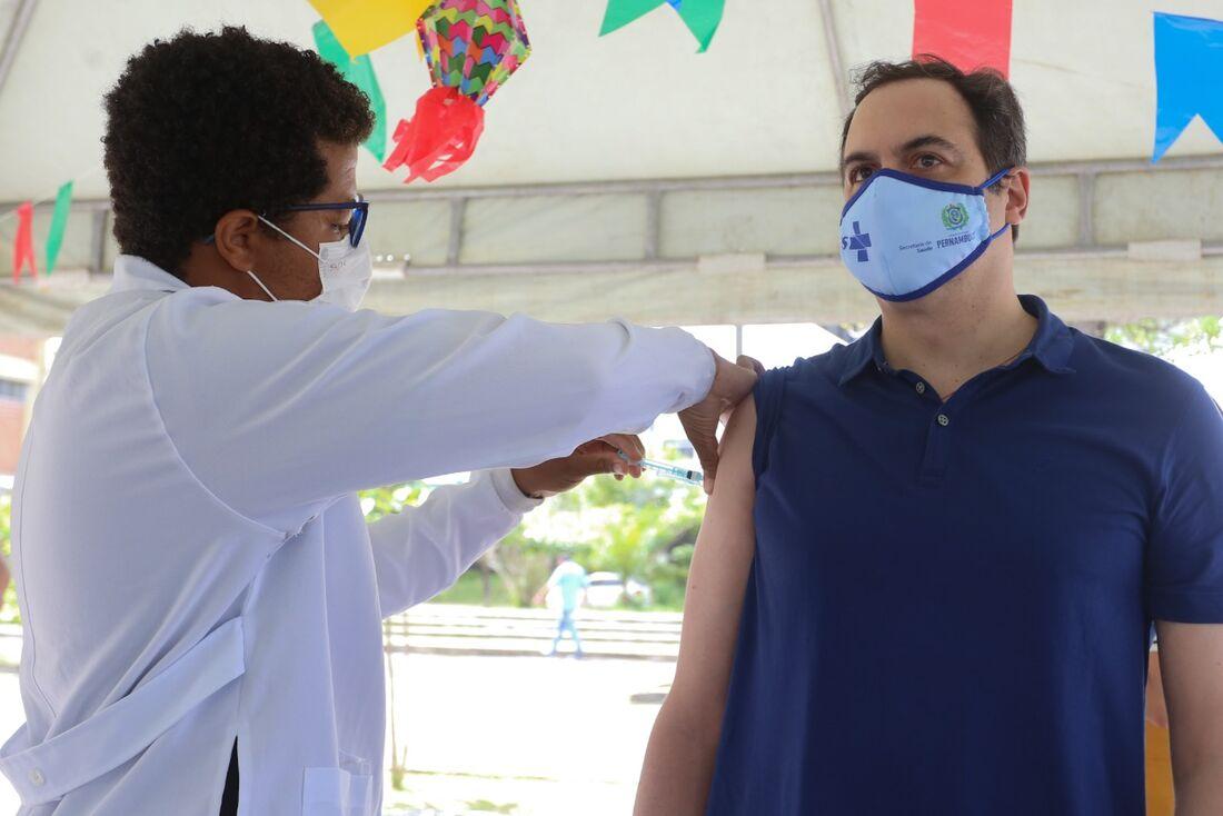 Paulo Câmara (PSB-PE) recebe a primeira dose da vacina contra a Covid-19