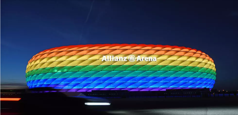 O estádio de Munique iluminado com as cores do arco-íris, que representam a comunidade LGBT, em foto de 9 de julho de 2016