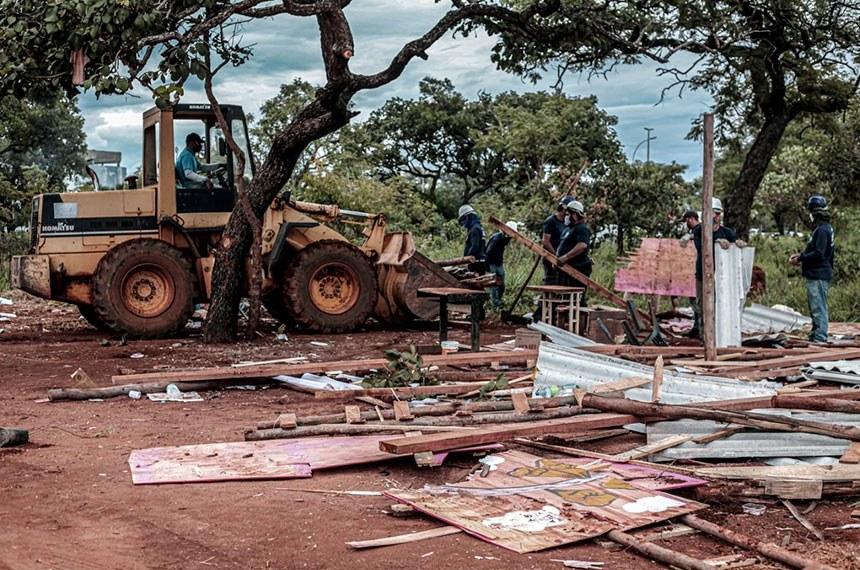 Derrubada de casas de ocupação considerada irregular em Brasília, em abril de 2021