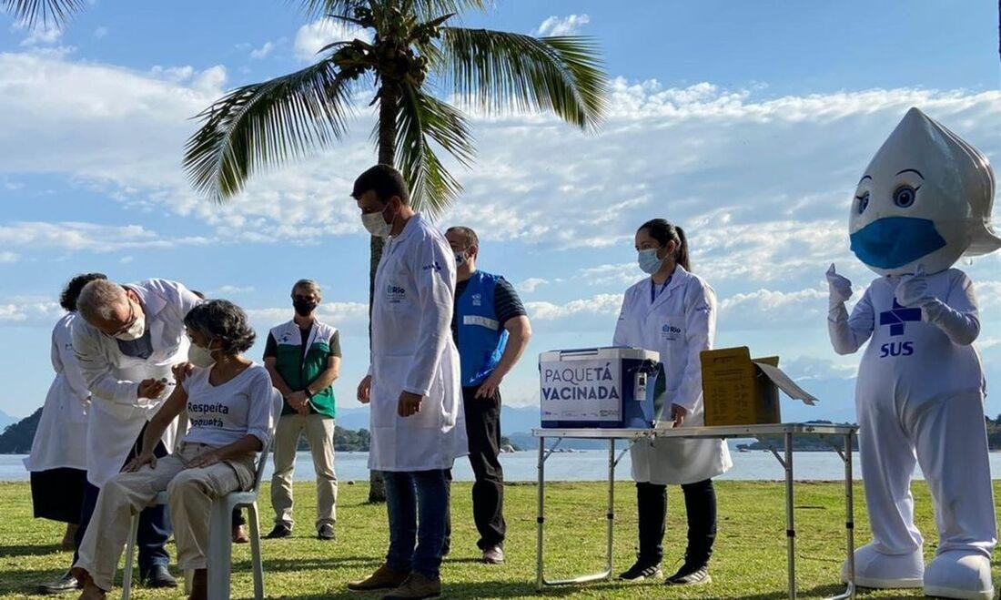 O ministro da Saúde, Marcelo Queiroga aplica vacina contra Covid-19