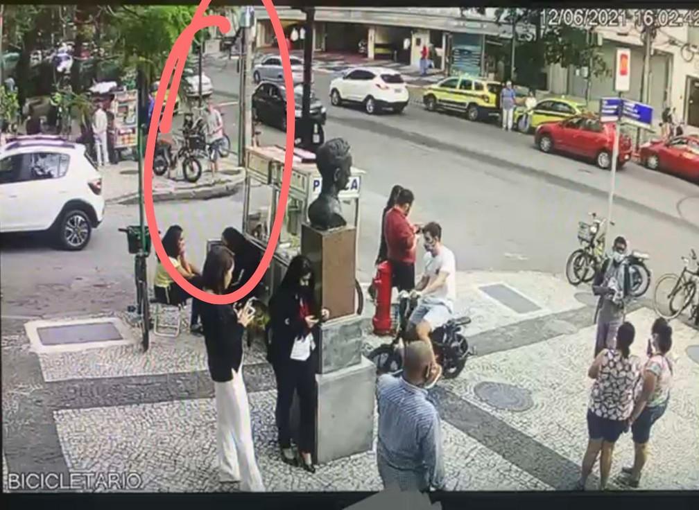 Igor Martins Pinheiro aparece nas imagens roubando a bicicleta elétrica no Leblon