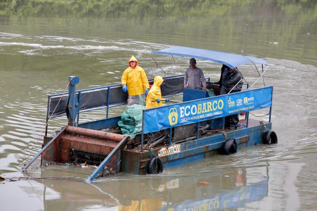 Ação para retirada do lixo nos manguezais do Rio Capibaribe