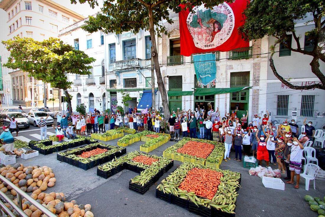 Campanha de doação de alimentos do MST, no Armazém do Campo, no centro do Recife