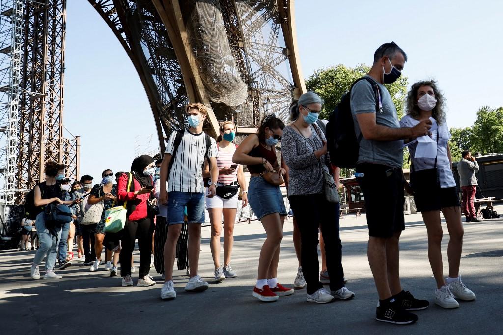 Visitantes na Torre Eiffel, em Paris