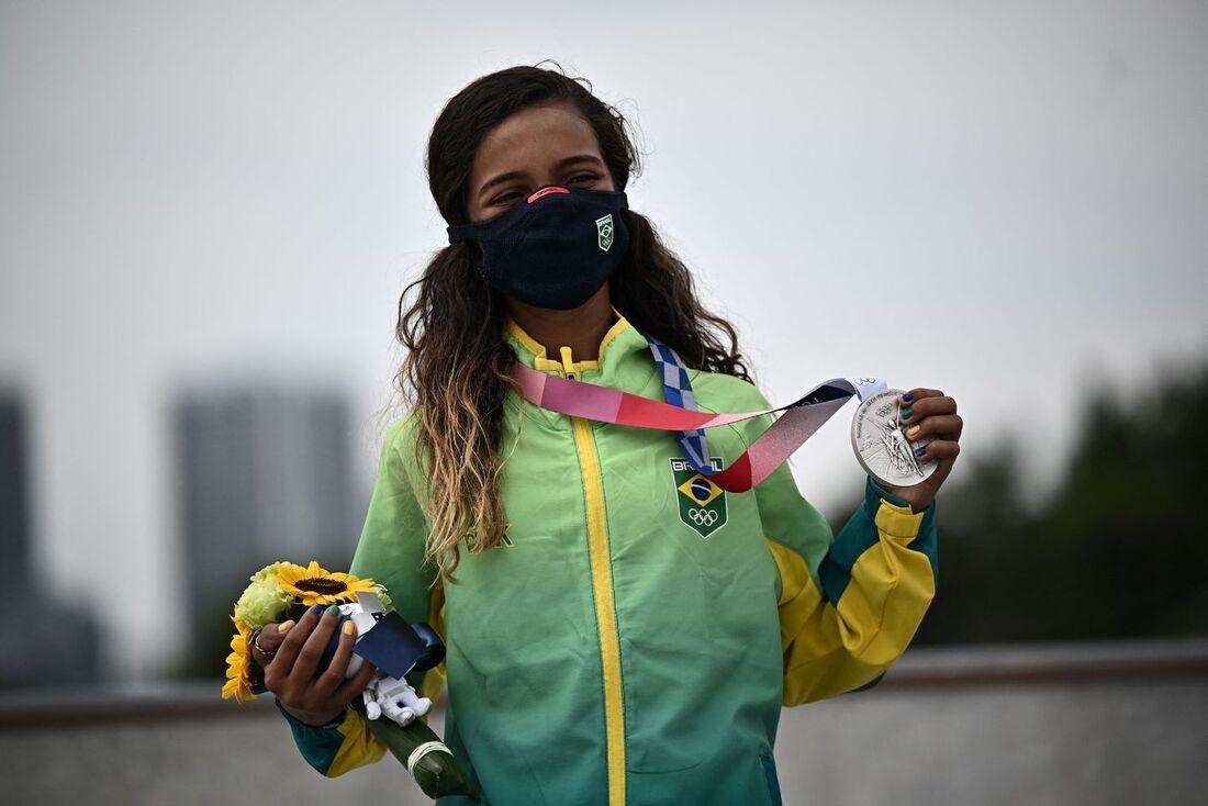 Rayssa Leal, 13, medalha de prata no skate street em Tóquio