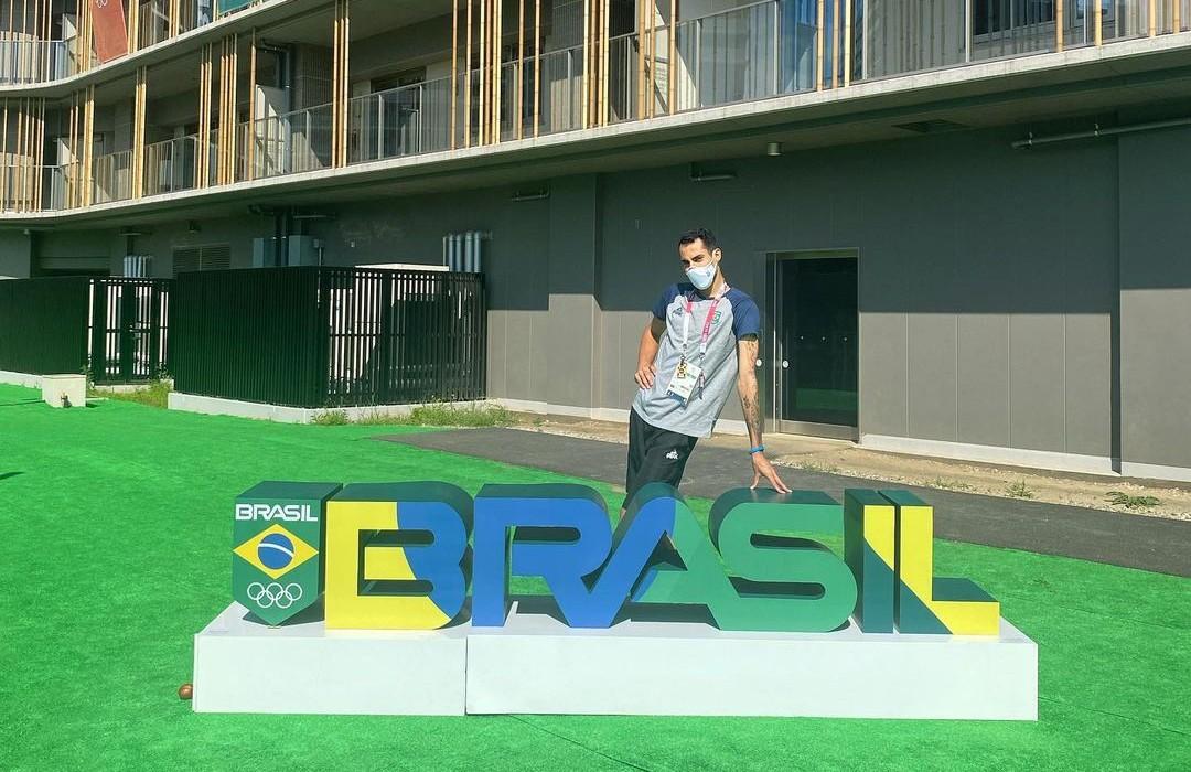 Os vídeos pouco convencionais do jogador de vôlei Douglas Souza fazem sucesso nas redes sociais. Ele é um dos poucos atletas brasileiros que revelaram sua homossexualidade em um país que tem tristes recordes de violência homofóbica