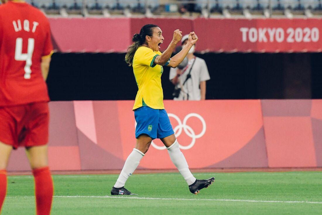 Marta marca duas vezes e Brasil vence na estreia do futebol feminino em Tóquio
