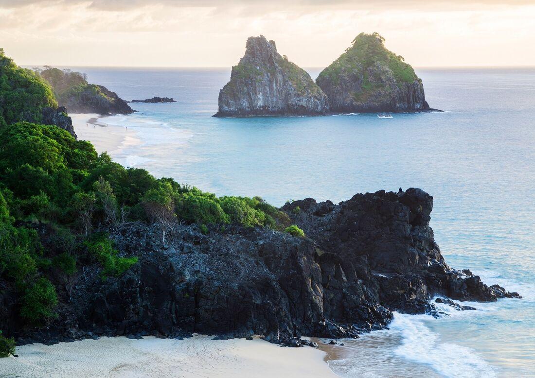 A primeira coleta feita até a manhã deste sábado (14) retirou 181 kg de piche das praias da ilha