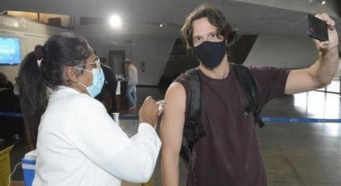 Vladimir Brichta recebendo a vacina
