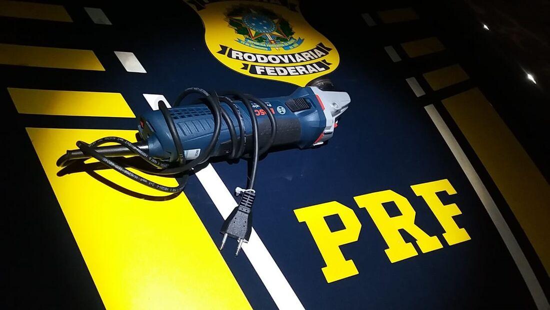 Em um dos carros os policiais apreenderam uma esmerilhadeira, que pode ser utilizada por criminosos para serrar caixas eletrônico