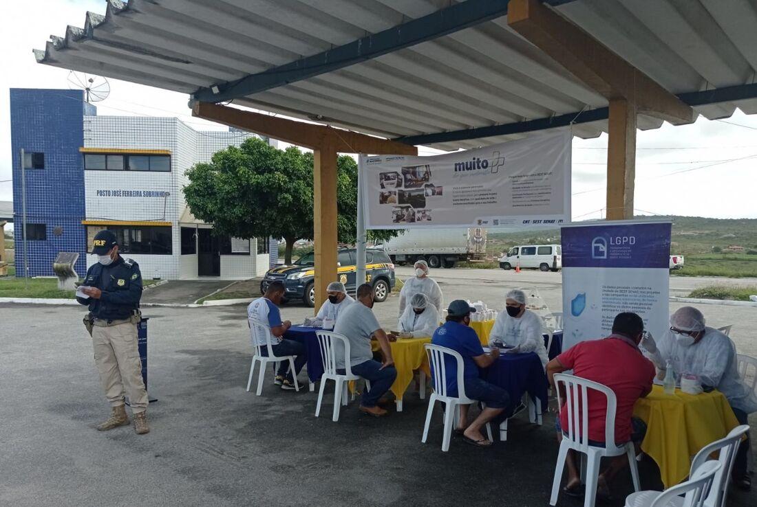 Ação do Sest-Senat, em parceria com a PRF, em trecho da BR 232 no Agreste pernambucano