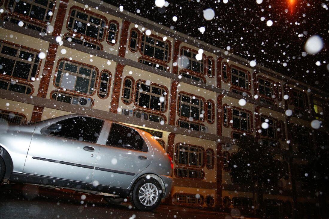 A cidade de Caxias do Sul, RS, registra queda de neve na noite desta terça-feira (28)