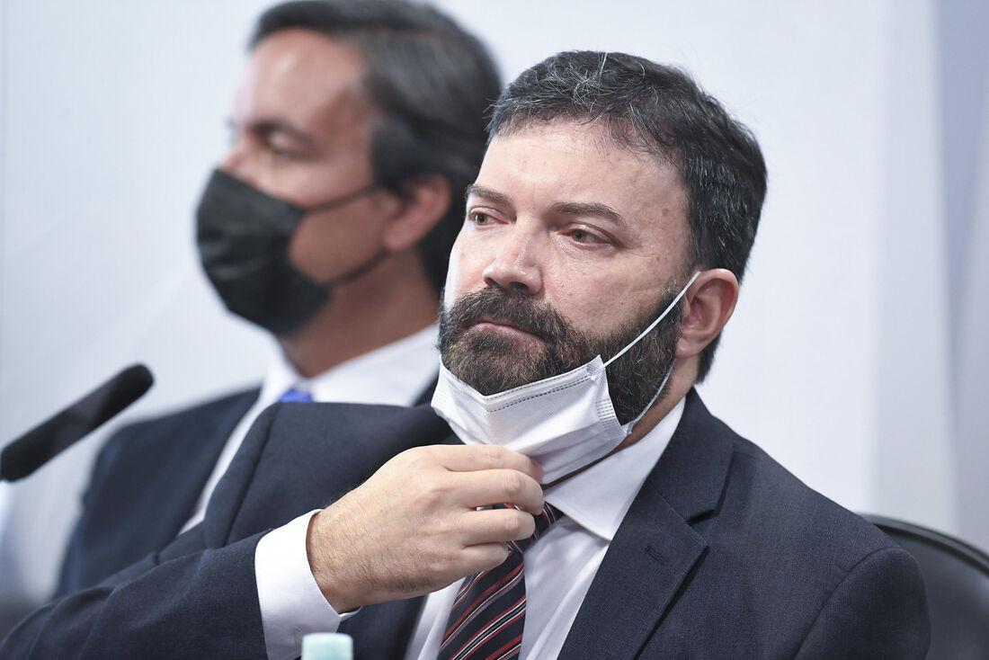 À mesa, ex-assessor do Departamento de Logística do Ministério da Saúde, tenente-coronel da reserva Marcelo Blanco da Costa