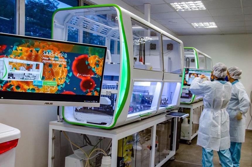 Laboratório de testagem da Fiocruz, no RJ: instituição tem papel essencial no combate à covid-19