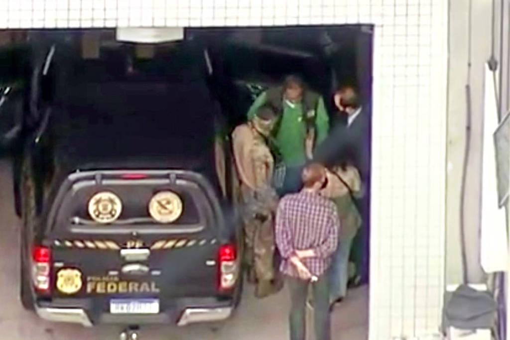 O ex-deputado federal Roberto Jefferson, de verde, no IML do Rio após ter sido preso
