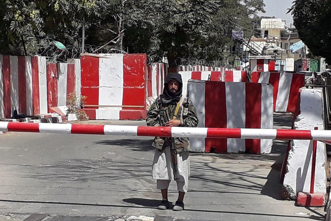 Soldado do grupo terrorista Talibã em frente ao quartel da polícia em  Ghazni