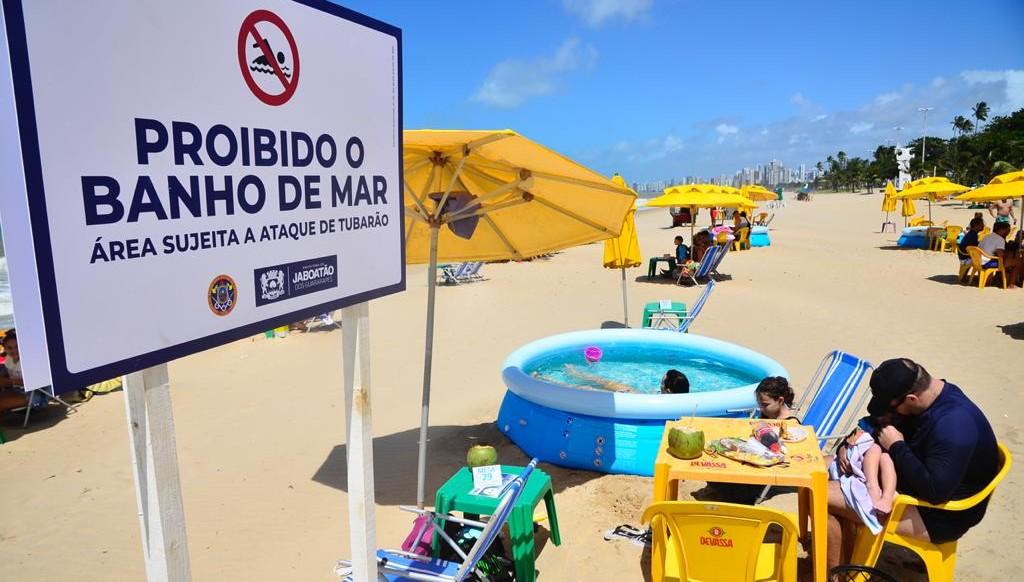 Techo interditado para banho de mar na Praia de Piedade