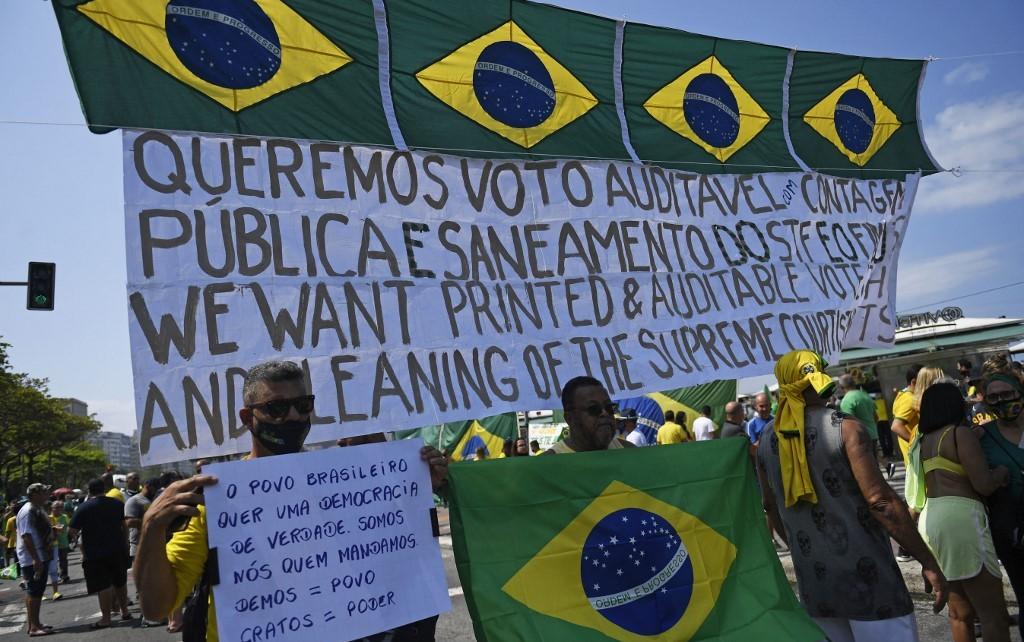 Apoiadores do presidente Bolsonaro se manifestam em favor das pautas do presidente