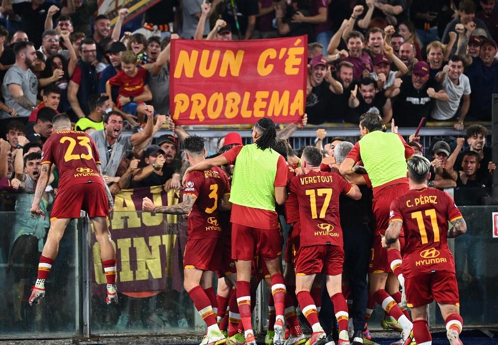 Jogadores da Roma e seu treinador comemoram liderança junto de sua torcida