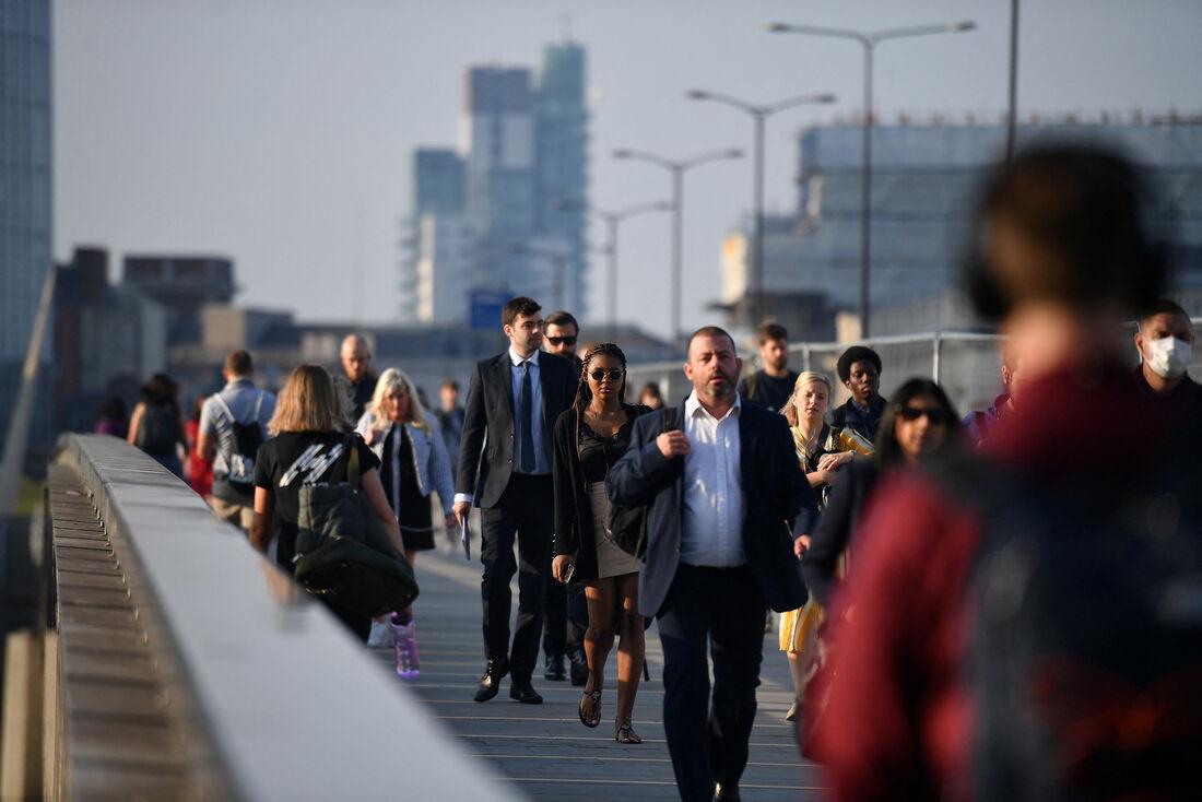 Pessoas na London Brigde, em Londres