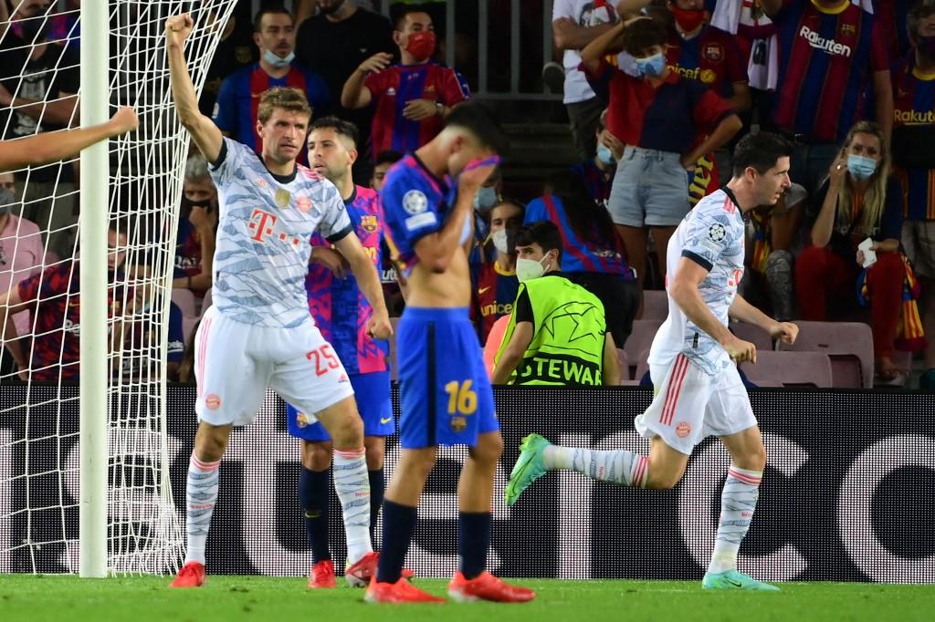 Jogadores do Bayern comemorando um dos três gols da vitória por 3 a 0 em cima do Barcelona, em pleno Camp Nou
