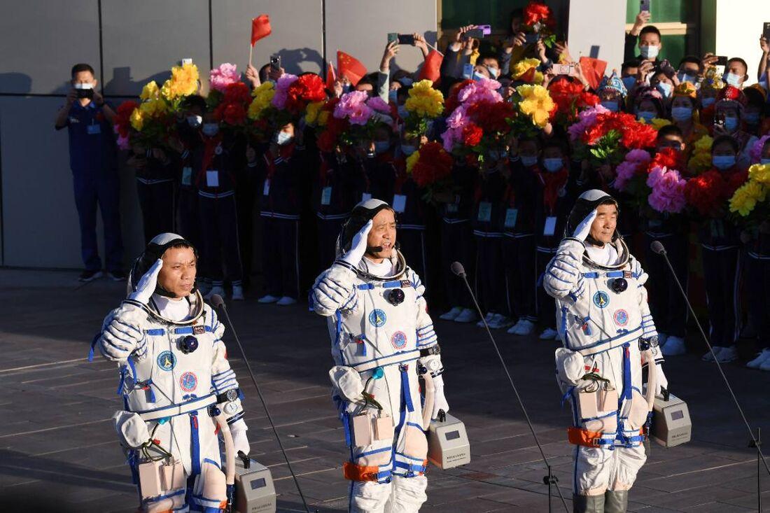 Astronautas chineses retornam à Terra após missão recorde de 90 dias