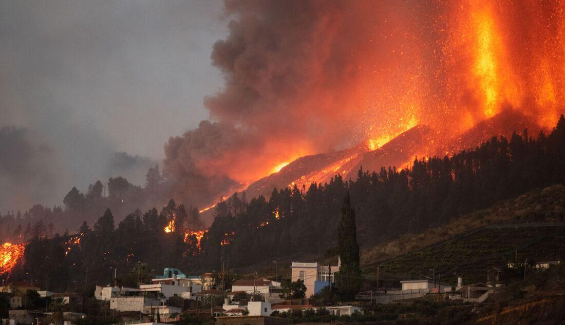Vulcão Cumbre Vieja entrou em erupção no domingo (19)
