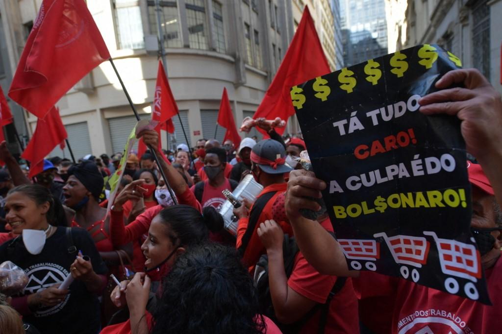 Ativistas do Movimento dos Trabalhadores em Situação de Rua (MTST) invadem a sede da Bolsa de Valores de São Paulo
