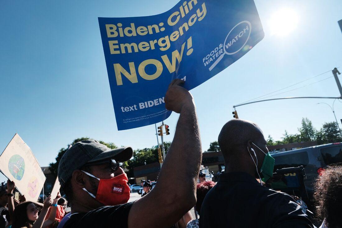 Protestos após a passagem do furacão Ida, que causou perdas econômicas nos EUA