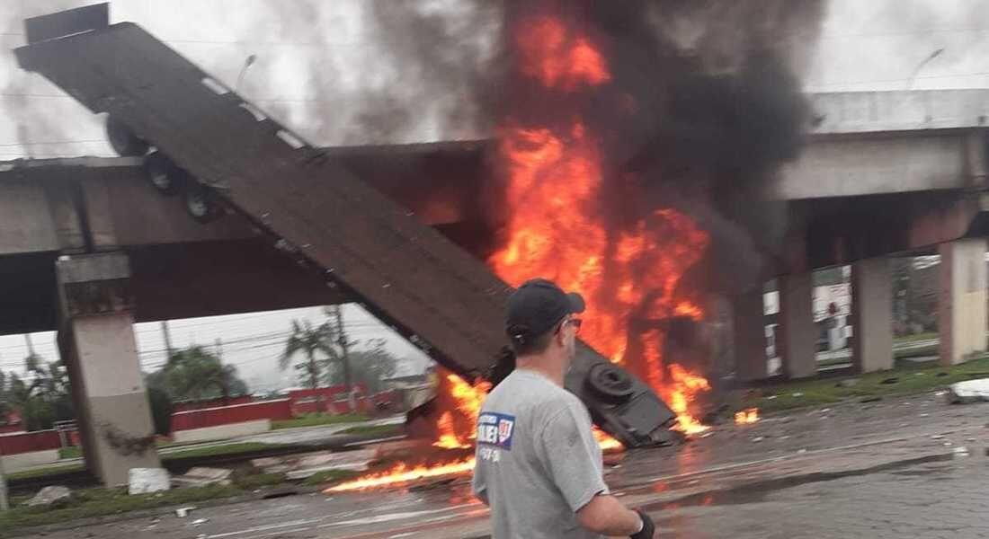 Caminhão caiu do viaduto e pegou fogo em SC