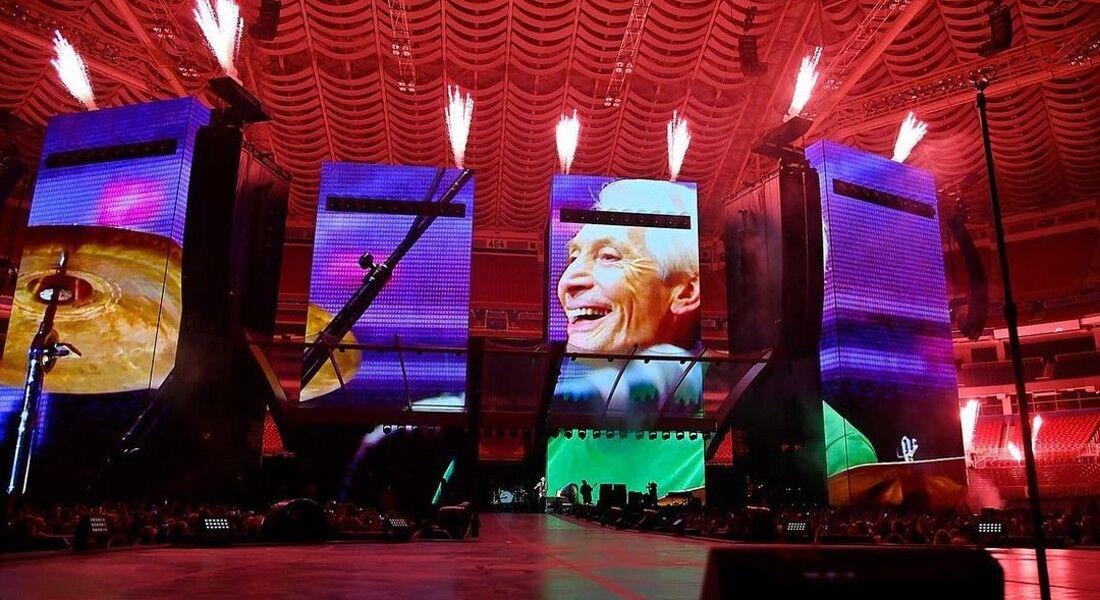 Mick Jagger, Keith Richards e Ronnie Wood iniciaram a noite com o palco vazio, projetando imagens e vídeos de Watts sobre telões, ao som de batidas de bateria