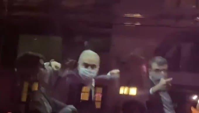 Ministro Marcelo Queiroga reagiu com gestos obscenos a manifestantes