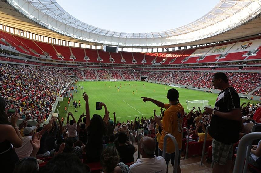 Jogo de futebol no Estádio Mané Garrincha, em Brasília