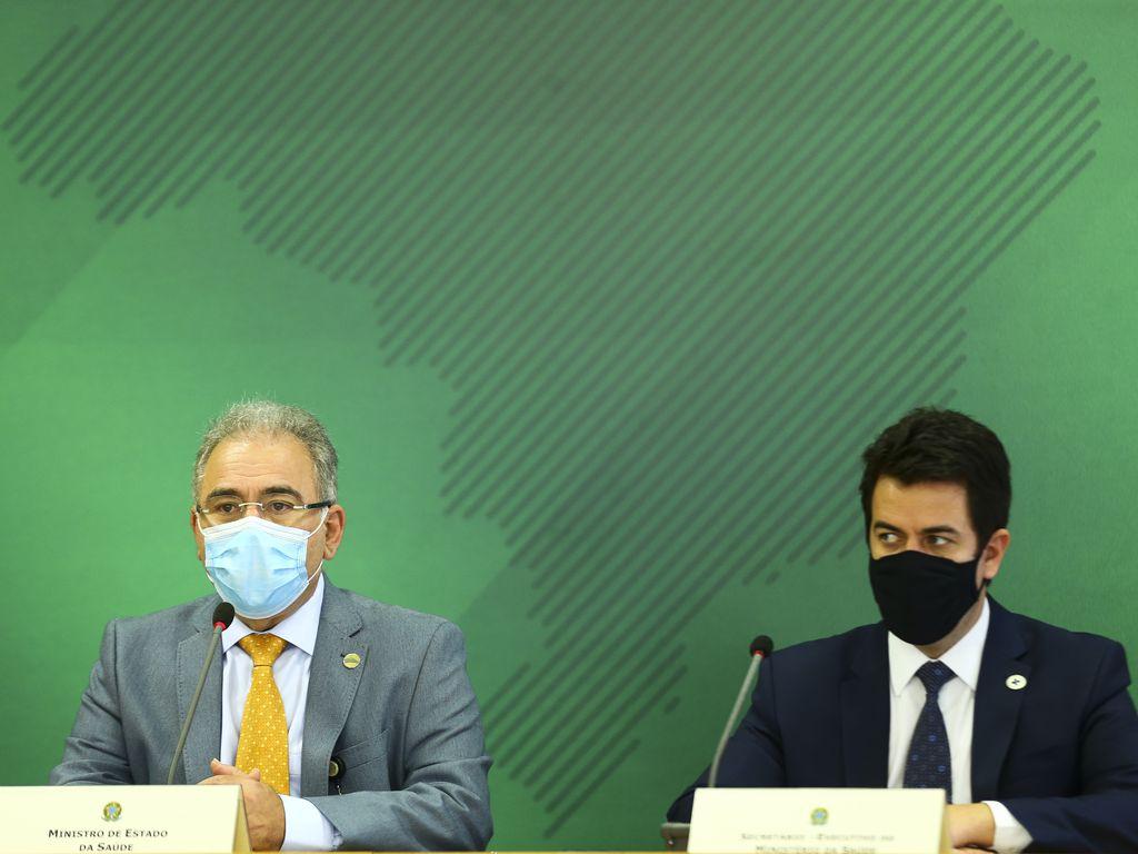 O ministro da Saúde, Marcelo Queiroga, e o secretário-executivo, Rodrigo Cruz, durante declaração após reunião do Comitê de Coordenação Nacional para Enfrentamento da Pandemia da Covid-19, no Palácio do Planalto.