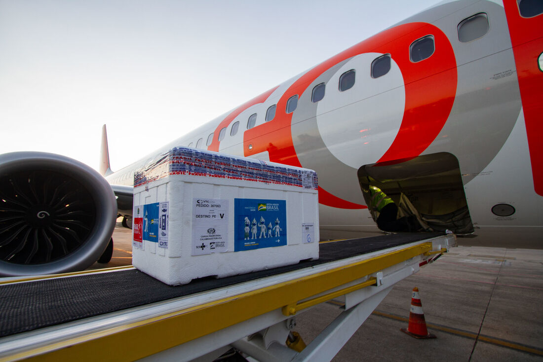 Imunizantes chegam ao Aeroporto Internacional do Recife/Guararapes