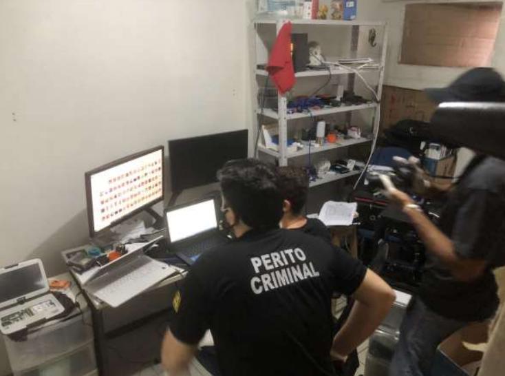 Peritos apreenderam os materiais ilícitos em posse dos investigados