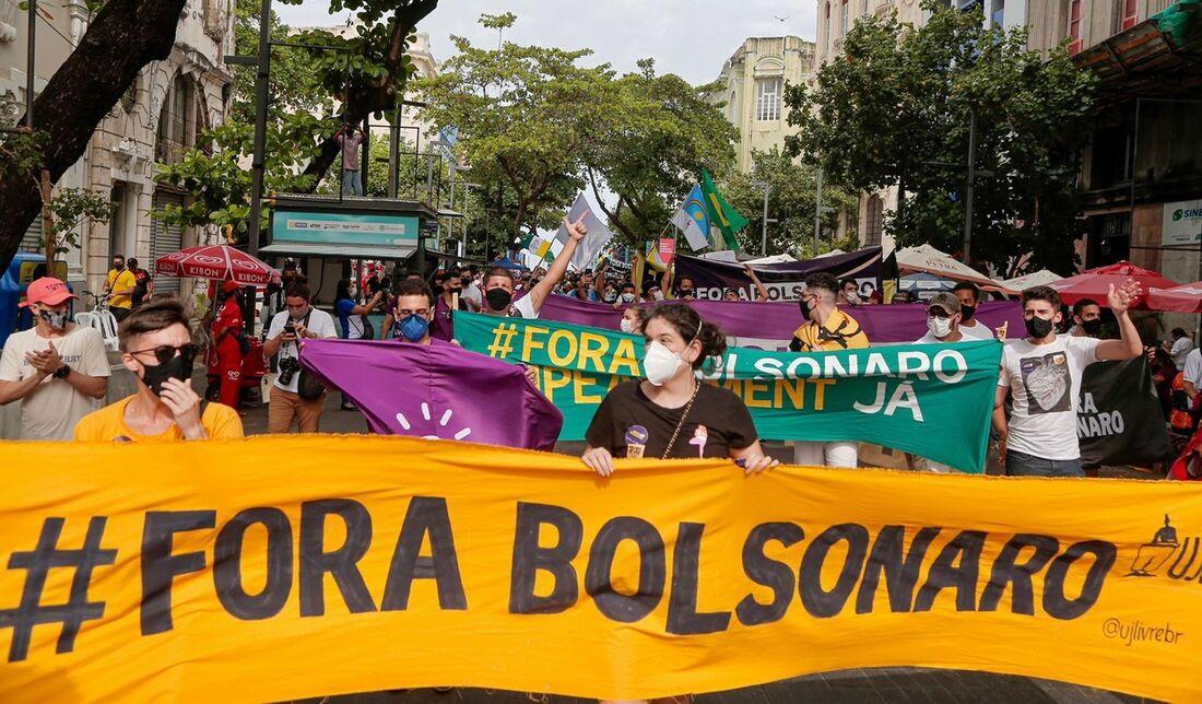 Ato no Recife defende a democracia e pede o impeachment de Bolsonaro - Folha PE