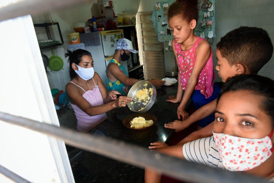 Bruna Gomes, moradora da Comunidade do Chiclete e sua família na hora do almoço